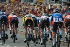 The peloton sprints for 4th place